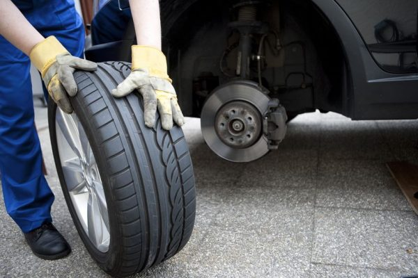 Changer une roue de voiture avec une clé dynamométrique